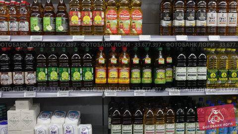 Variety of bottles of oil for sale on display in grocery shop. Редакционное видео, видеограф Яков Филимонов / Фотобанк Лори