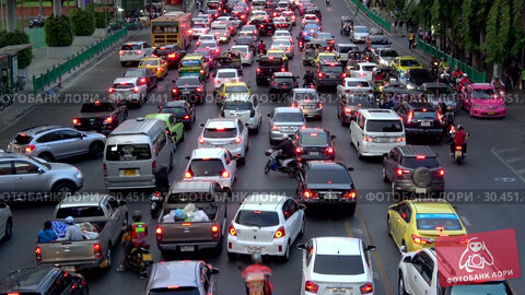 Вечерняя пробка на городской улице. Бангкок, Таиланд (2019 год). Редакционное видео, видеограф Виктор Карасев / Фотобанк Лори