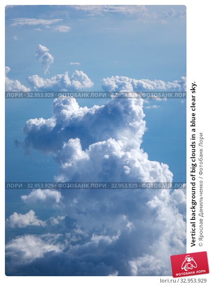 Vertical background of big clouds in a blue clear sky. Стоковое фото, фотограф Ярослав Данильченко / Фотобанк Лори