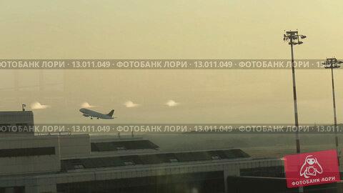 Купить «Вид из окна на взлетающий самолет», видеоролик № 13011049, снято 21 октября 2015 г. (c) Denis Mishchenko / Фотобанк Лори