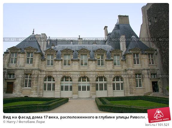Вид на фасад дома 17 века, расположенного в глубине улицы Риволи, что в Париже городе, во Франции далекой, фото № 101521, снято 22 февраля 2006 г. (c) Harry / Фотобанк Лори