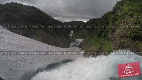 Купить «Вид сверху на водопад в горном массиве Вачкажец на Камчатке», видеоролик № 27050741, снято 27 июля 2017 г. (c) А. А. Пирагис / Фотобанк Лори