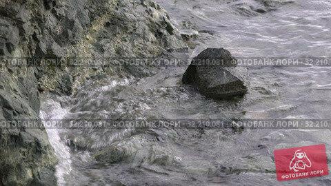 Купить «Волны Тихого океана бьют о берег во время прилива», видеоролик № 32210081, снято 15 августа 2019 г. (c) А. А. Пирагис / Фотобанк Лори