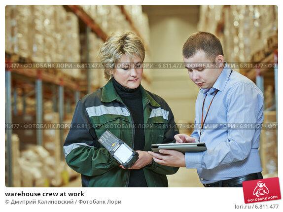 Купить «warehouse crew at work», фото № 6811477, снято 21 ноября 2014 г. (c) Дмитрий Калиновский / Фотобанк Лори