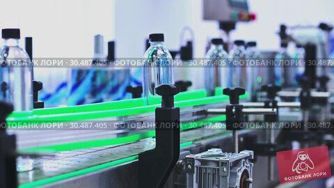 Купить «Water factory conveyor», видеоролик № 30487405, снято 3 апреля 2019 г. (c) Mark Agnor / Фотобанк Лори