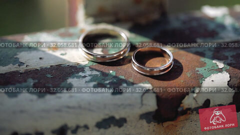 Wedding Rings on rusty metal macro closeup gold and silver diamon Jewellery in sunlights. Стоковое видео, видеограф Aleksejs Bergmanis / Фотобанк Лори