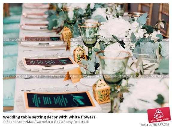 Wedding table setting decor with white flowers. Стоковое фото, фотограф Zoonar.com/Max / easy Fotostock / Фотобанк Лори
