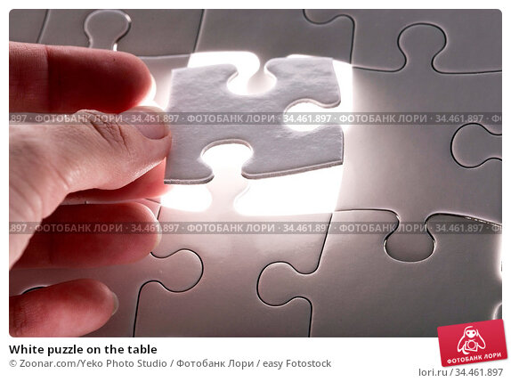 White puzzle on the table. Стоковое фото, фотограф Zoonar.com/Yeko Photo Studio / easy Fotostock / Фотобанк Лори