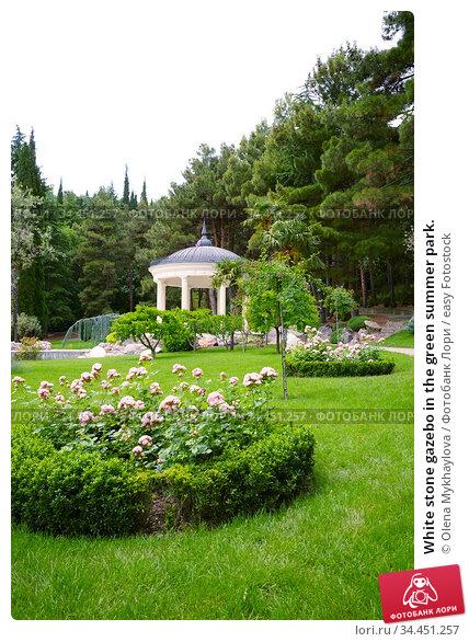 White stone gazebo in the green summer park. Стоковое фото, фотограф Olena Mykhaylova / easy Fotostock / Фотобанк Лори
