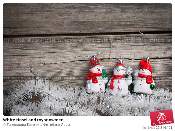 Купить «White tinsel and toy snowmen», фото № 27314121, снято 22 декабря 2017 г. (c) Типляшина Евгения / Фотобанк Лори