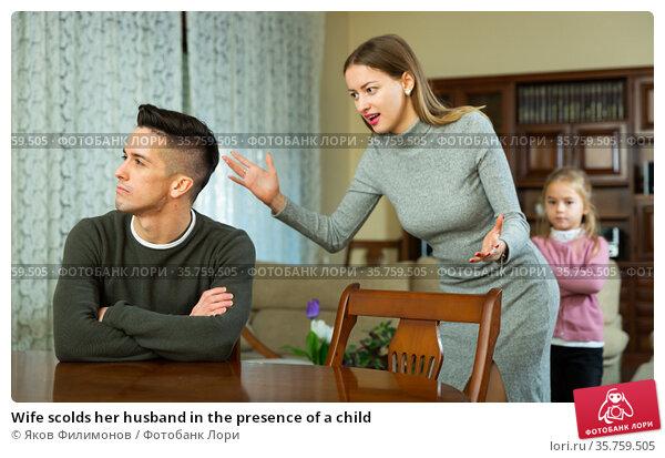 Wife scolds her husband in the presence of a child. Стоковое фото, фотограф Яков Филимонов / Фотобанк Лори