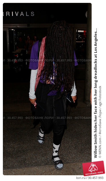 Willow Smith hides her face with her long dreadlocks at Los Angeles... (2017 год). Редакционное фото, фотограф WENN.com / age Fotostock / Фотобанк Лори