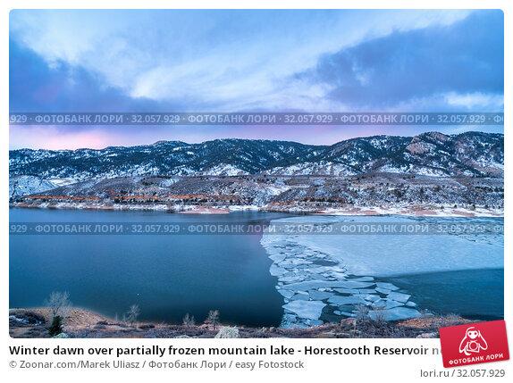 Winter dawn over partially frozen mountain lake - Horestooth Reservoir near Fort Collins in northern Colorado, winter scenery before sunrise. Стоковое фото, фотограф Zoonar.com/Marek Uliasz / easy Fotostock / Фотобанк Лори