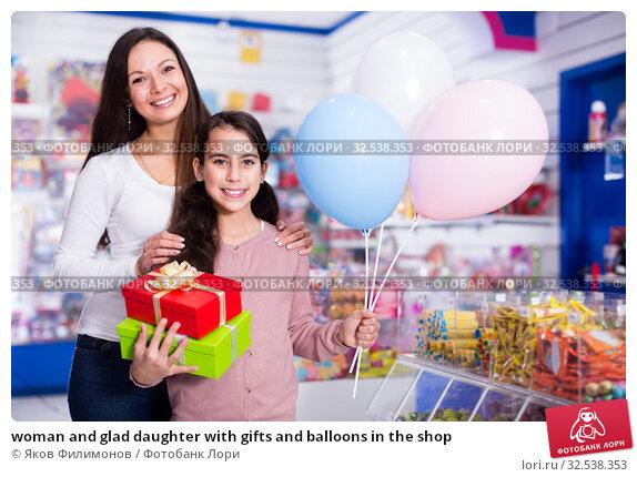 Купить «woman and glad daughter with gifts and balloons in the shop», фото № 32538353, снято 22 января 2018 г. (c) Яков Филимонов / Фотобанк Лори