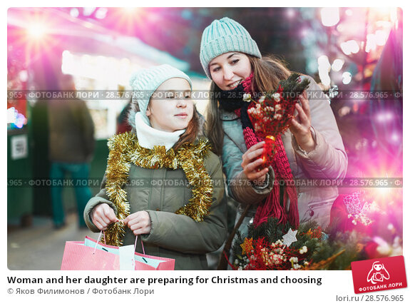 Купить «Woman and her daughter are preparing for Christmas and choosing», фото № 28576965, снято 19 декабря 2017 г. (c) Яков Филимонов / Фотобанк Лори