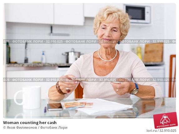 Woman counting her cash. Стоковое фото, фотограф Яков Филимонов / Фотобанк Лори