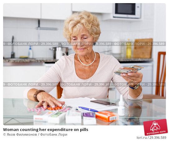 Купить «Woman counting her expenditure on pills», фото № 29396589, снято 11 июля 2018 г. (c) Яков Филимонов / Фотобанк Лори