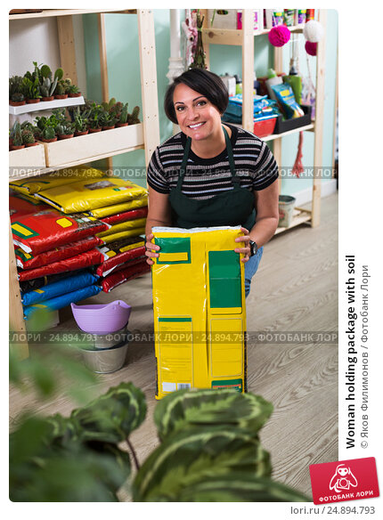 Купить «Woman holding package with soil», фото № 24894793, снято 19 апреля 2019 г. (c) Яков Филимонов / Фотобанк Лори
