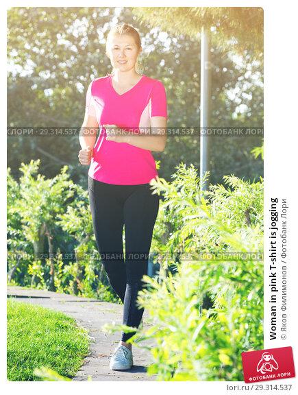 Купить «Woman in pink T-shirt is jogging», фото № 29314537, снято 10 июня 2017 г. (c) Яков Филимонов / Фотобанк Лори