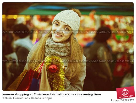 woman shopping at Christmas fair before Xmas in evening time, фото № 26783777, снято 25 сентября 2017 г. (c) Яков Филимонов / Фотобанк Лори