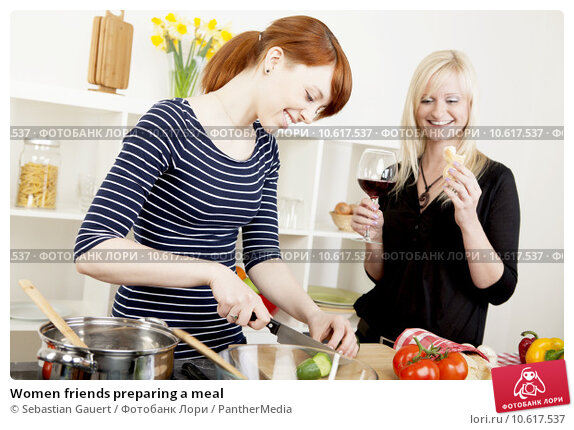 Women friends preparing a meal. Стоковое фото, фотограф Sebastian Gauert / PantherMedia / Фотобанк Лори