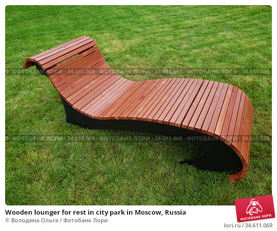 Wooden lounger for rest in city park in Moscow, Russia. Стоковое фото, фотограф Володина Ольга / Фотобанк Лори