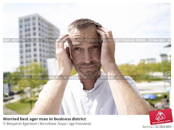 Worried best ager man in business district. Стоковое фото, фотограф Benjamin Egerland / age Fotostock / Фотобанк Лори