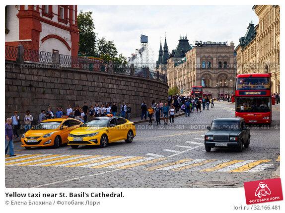 Купить «Yellow taxi near St. Basil's Cathedral.», фото № 32166481, снято 14 августа 2019 г. (c) Елена Блохина / Фотобанк Лори