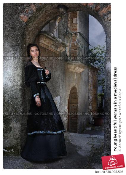 Купить «Young beautiful woman in a medieval dress», фото № 30925505, снято 15 апреля 2019 г. (c) Алексей Кузнецов / Фотобанк Лори