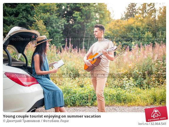 Young couple tourist enjoying on summer vacation. Стоковое фото, фотограф Дмитрий Травников / Фотобанк Лори