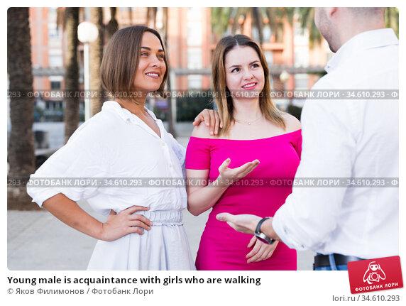 Young male is acquaintance with girls who are walking. Стоковое фото, фотограф Яков Филимонов / Фотобанк Лори