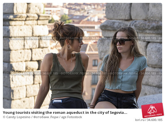Young tourists visiting the roman aqueduct in the city of Segovia... Стоковое фото, фотограф Candy Lopesino / age Fotostock / Фотобанк Лори