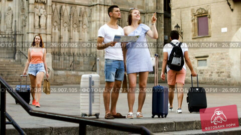 Купить «Young travellers reading city map and looking for hotel», видеоролик № 26907105, снято 5 июля 2017 г. (c) Яков Филимонов / Фотобанк Лори