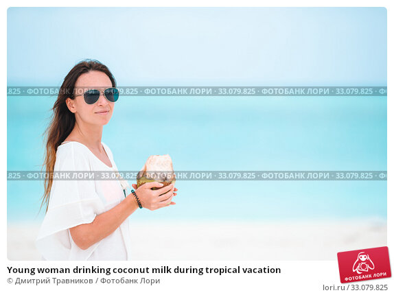 Купить «Young woman drinking coconut milk during tropical vacation», фото № 33079825, снято 21 февраля 2016 г. (c) Дмитрий Травников / Фотобанк Лори
