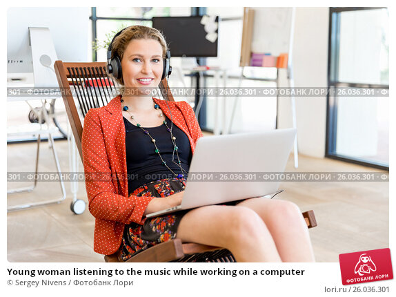 Young woman listening to the music while working on a computer, фото № 26036301, снято 14 декабря 2014 г. (c) Sergey Nivens / Фотобанк Лори