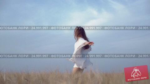 Купить «Young woman outdoors», видеоролик № 24991997, снято 25 февраля 2020 г. (c) Raev Denis / Фотобанк Лори