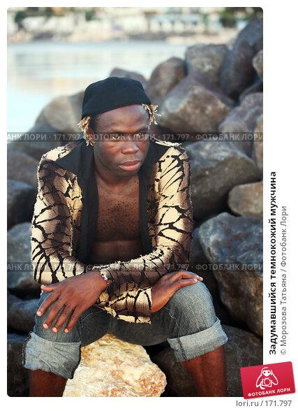 Задумавшийся темнокожий мужчина, фото № 171797, снято 29 октября 2007 г. (c) Морозова Татьяна / Фотобанк Лори