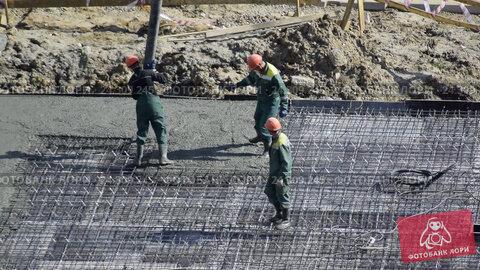 Купить «Заливка бетоном фундамента жилого дома», видеоролик № 24309245, снято 4 мая 2016 г. (c) Сергеев Валерий / Фотобанк Лори