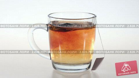 Купить «Заваривание чая в кружке», видеоролик № 2828797, снято 29 сентября 2011 г. (c) Сергей Лаврентьев / Фотобанк Лори