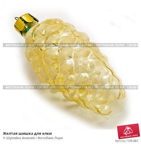 Желтая шишка для елки, фото № 139061, снято 4 ноября 2007 г. (c) Шупейко Алексей / Фотобанк Лори