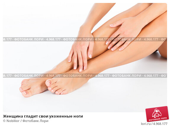 Гладит свои ноги фото 545-49