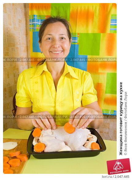 Купить «Женщина готовит курицу на кухне», фото № 2047445, снято 7 октября 2010 г. (c) Яков Филимонов / Фотобанк Лори