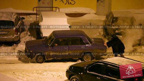 Купить «Женщина подталкивает заглохшую машину на улице зимним вечером», видеоролик № 3740877, снято 23 июня 2011 г. (c) Losevsky Pavel / Фотобанк Лори