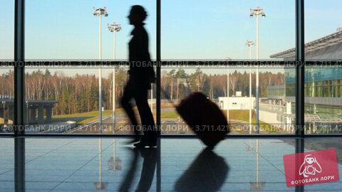 Купить «Женщина с багажом в аэропорту», видеоролик № 3711421, снято 4 октября 2010 г. (c) Losevsky Pavel / Фотобанк Лори