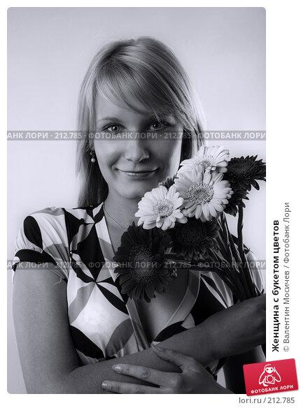 Женщина с букетом цветов, фото № 212785, снято 28 июня 2007 г. (c) Валентин Мосичев / Фотобанк Лори