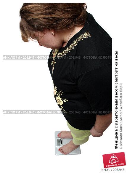 Женщина с избыточным весом смотрит на весы, фото № 206945, снято 17 февраля 2008 г. (c) Михаил Коханчиков / Фотобанк Лори
