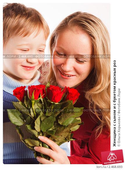Купить «Женщина с сыном и с букетом красных роз», фото № 2468693, снято 22 марта 2019 г. (c) Ольга Хорькова / Фотобанк Лори