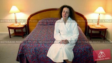 Купить «Женщина садится на кровать и пьет воду из стакана», видеоролик № 3775693, снято 12 марта 2012 г. (c) Losevsky Pavel / Фотобанк Лори