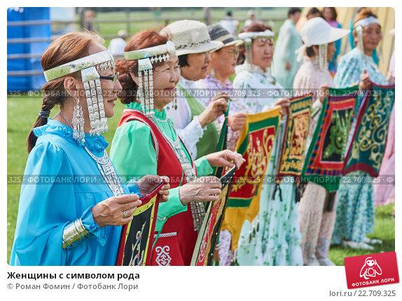 Купить «Женщины с символом рода», фото № 22709325, снято 21 июня 2015 г. (c) Роман Фомин / Фотобанк Лори