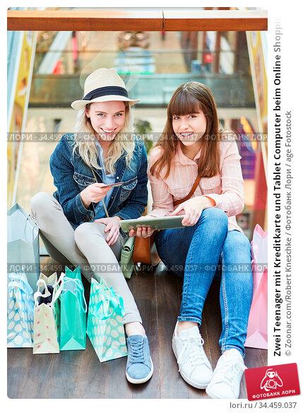 Zwei Teenager mit Kreditkarte und Tablet Computer beim Online Shopping. Стоковое фото, фотограф Zoonar.com/Robert Kneschke / age Fotostock / Фотобанк Лори